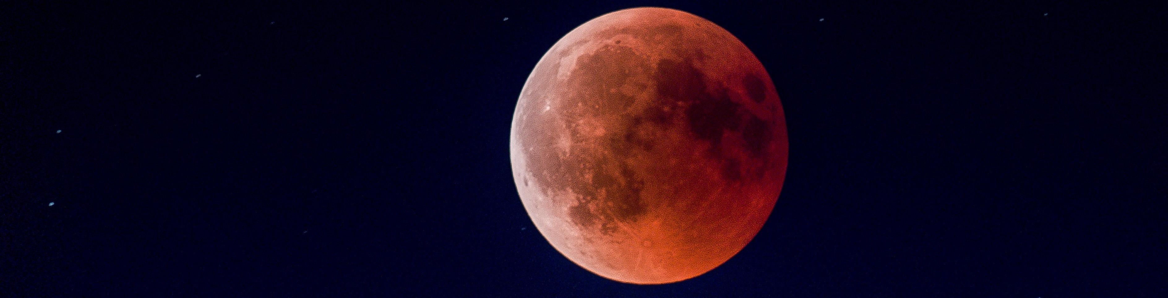 Enrojecimiento de la Luna por la luz del Sol